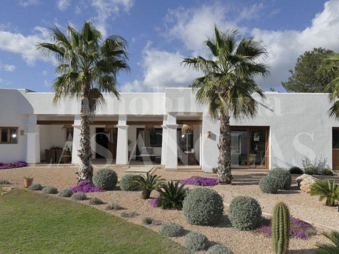 Portal Inmobiliario de Lujo en Santa Eulalia del Río, presenta chalet lujoso venta en Ibiza, casas premium para comprar y vivienda independiente en venta en Baleares.