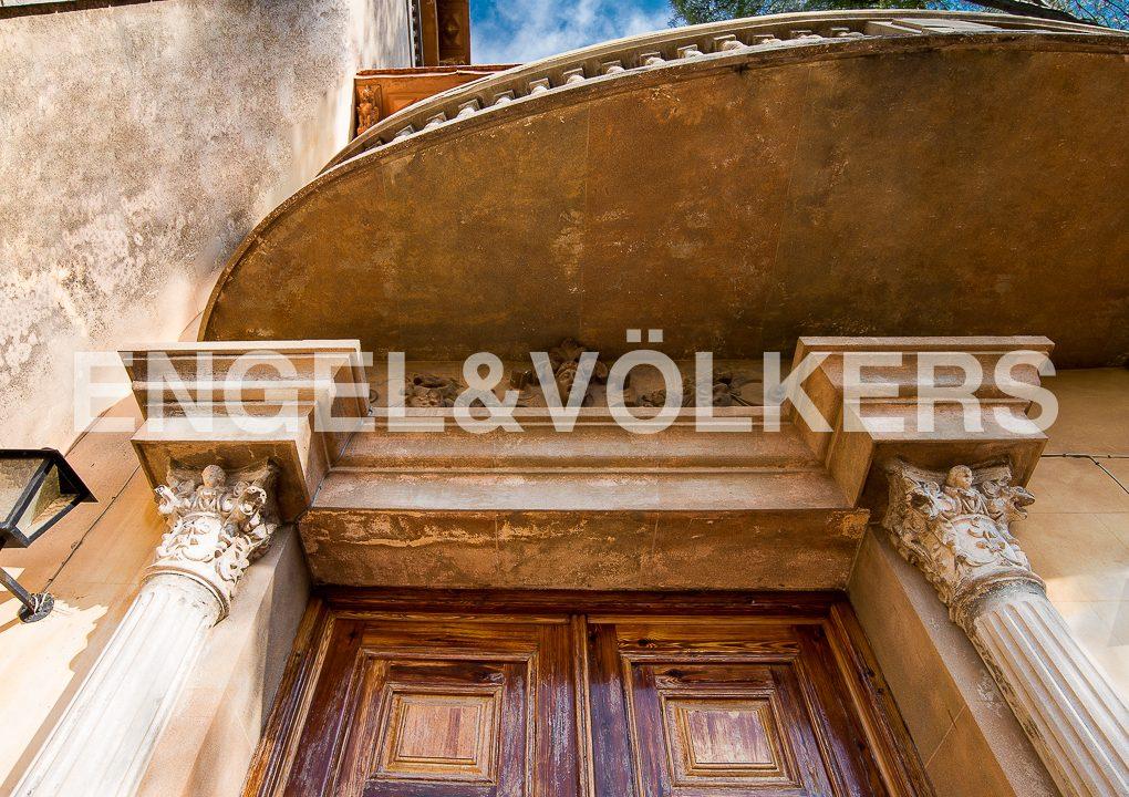 modernismo-francés-en-valencia-frente-al-mar-detalle-portón-principal